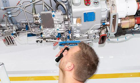Zerstörungsfreie Prüfung an einer Flugzeugturbine.