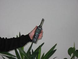 Misuratori di umidità verificando la temperatura ed l'umidità in un ufficio