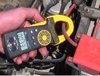 Testando l'intensità della corrente utilizzata da una batteria con il multimetro
