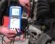 Controllo della massa in una batteria con il multimetro PKT-3315
