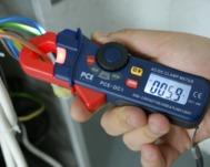 Testando la corrente in un cavo con il multimetro PCE-DC1