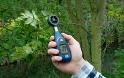 Anemometer PCE-MAM 2 application outside.