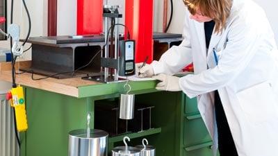 A DAkkS calibration in the calibration laboratory of PCE Instruments.