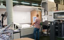 Cabina de luz en uso en una imprenta.