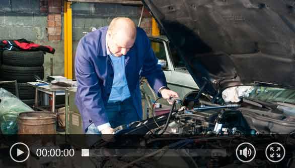 Inspección de un motor con una cámara endoscópcia