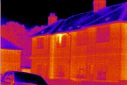 Imagen térmica de una casa desde una cámara de inspección serie PCE-TC.