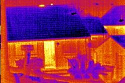 Imagen térmica de una casa tomada por una cámara de inspección PCE.