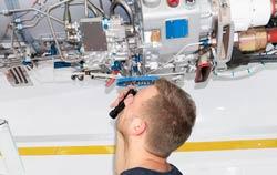 Dispositivo industrial examinado un avión