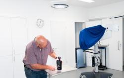 Espectrómetro analizando la iluminación de un quirófano