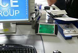Estación meteorológica PCE-FWS 20 como modelo sobre un escritorio