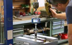 Grúa de carga en uso para el pesaje de la carga.