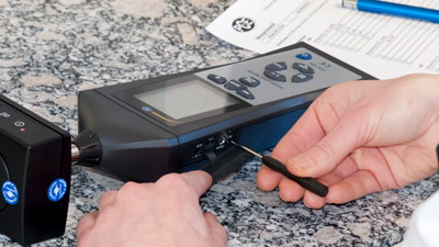 Ajuste de un sonómetro en un laboratorio de calibración
