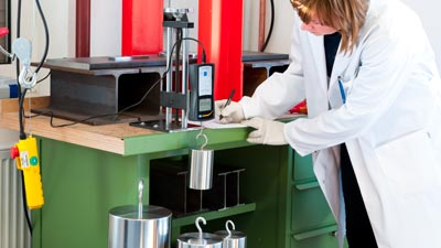 Una calibración DAkkS en un laboratorio de calibración de PCE Instruments