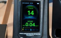 Medidor de formaldehído PCE-RCM 12 en uso.