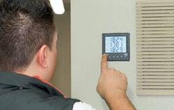 Medidor de potencia en una sala de control.