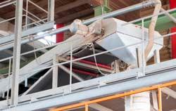 Tacómetro industrial en un control de una cinta transportadora.