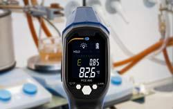 Termómetro infrarrojo midiendo la temperatura del cristal