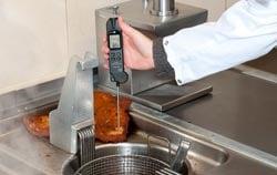 Termómetro de inmersión para el control en la preparación de alimentos en el sector de la restauración.