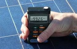 Imagem de uso do medidor em um painel solar
