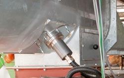 Medidor de umidade de materiais de PCE medindo de forma contínua a umidade de granulados durante um processo.