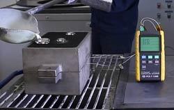 Termômetro PCE-T 1200 com termoelementos para controle de temperatura durante a fabricação de uma biela.