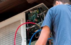 Recherche d'une fuite avec le détecteur de fuites de PCE Instruments.