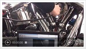 Vidéo d'un endoscope en train de réaliser une inspection sur une moto