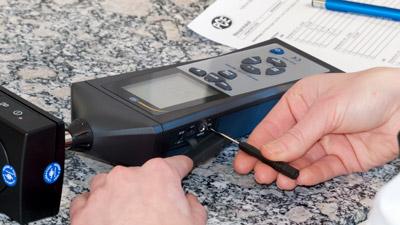 Réglage d'un sonomètre dans le laboratoire d'étalonnage
