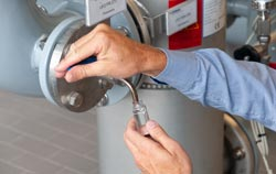 Prélèvement d'un échantillon d'eau pour un pH-mètre dans une centrale de distribution d'eau.