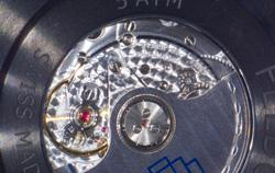 Rückseite einer Uhr mit durchsichtigem Uhrwerk unter einem 3D Mikroskop.