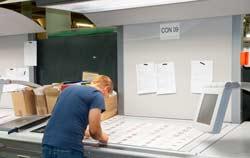 Abmusterungskabine in der Anwendung bei der Qualitätskontrolle.
