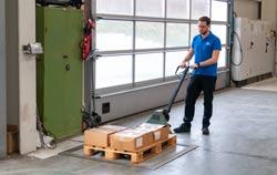 Bodenwaage bei der Anwendung in einer Industriehalle bei einer Wägung.