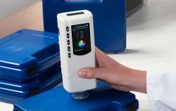 Colorimeter PCE-CSM 4 bei der Qualitätssicherung.