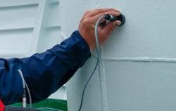 Dickenmessgerät in der Dickenkontrolle bei einem Schiff.
