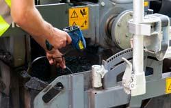 Einstichthermometer im Einsatz beim Starßenbau zur Temperaturkontrolle von Teer.