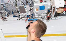 Endoskop bei der Untersuchung eines Triebwerks