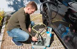 PCE EVSE Messgeräte bei der Überprüfung einer Wallbox.