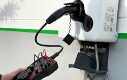 Prüfung einer E-Ladestation Wallbox mittels eines PCE EVSE Messgerät.