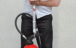 Federwaage in der Anwendung bei einem Feuerlöscher Füllstand.