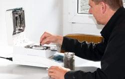 Feuchteanteil-Kontrolle von Schlammprobe mittels Feuchtemesser PCE-MA 110.