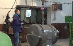 Hängewaage PCE-CS 3000N im Einsatz beim Wiegen eines Generators.