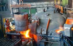 Infrarotthermometer bei der Anwendung in der Metallindustrie an einem Hochofen.