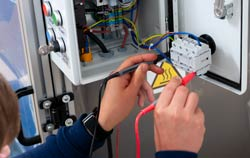 Das Isolationsmessgerät PCE-IT 120 im Einsatz in der Qualitätskontolle.