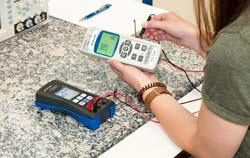 Kalibrator PCE-RTD 20 bei der Simulation einen Temperaturfühlers.