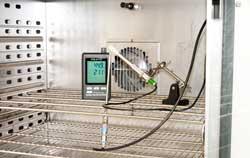 Luftfeuchtigkeitsmesser bei der Prüfung im Kalibrierlabor.