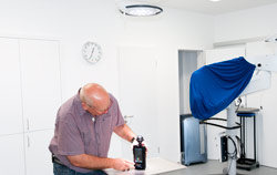 Luxmessgerät bei der Durchführung einer OP-Lampenkontrolle im Operationssaal.