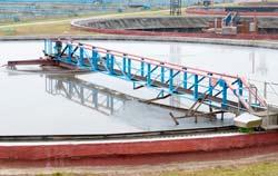 pH Meter bei der Wasseraufbereitungskontrolle in einem Klärwerk.
