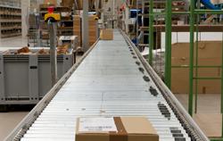 Paketwaage bei der Anwendung im Warenverteilzentrum.