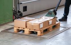 Palettenwaage in der Anwendung bei der Warenausgangskontrolle.
