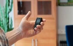 Anwendung Feuchtigkeitsmessgerät im Büro.